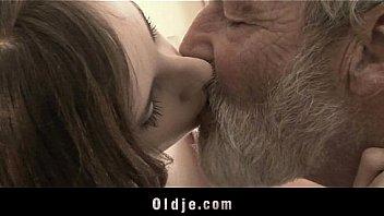 Бородатого парня обижает анально-вагинальная дырочка симпатичной россиянки