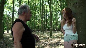 Сисястая девушка трогает массажиста за стояк и выполняет ему минет