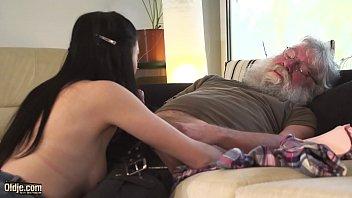 Анальный секс с безотказной соседкой у бассейна