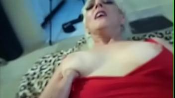 Горничная в возбуждающей униформе уселась на хуй по окончании работенки