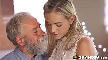 Худая девка принимает в бритую дырочку толстый фаллос ухажера