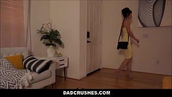 Мама приносит парню эротический массаж на темном мате