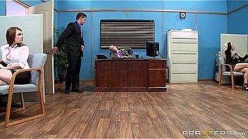 Брюнетка переспала в офисе