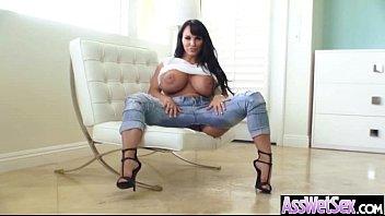 Стройненькая женщина без одежды демонстрирует гибкое тело