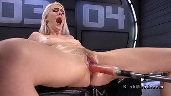 Лесбияночка неустанно трахает в попа девчонку и доводит ее до сквирт оргазма от ебли
