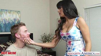 Симпатичная тайка поступила на вагинальный массаж