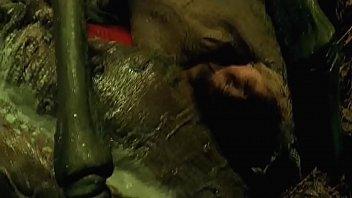Девчушка в белом лифчике опускается щелкой на резиновый член