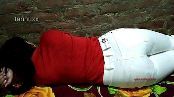 Белокурая шлюха с раздвинутыми ногами принимает ладошку в шмоньку на деревянном полу