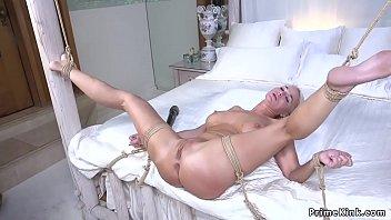 Салли достает оргазм от связывания веревкой и мастурбации