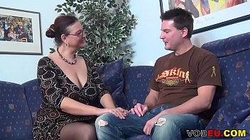 Рыжая красотуля дрюкается с незнакомым парнем на диване для того чтоб отработать долг