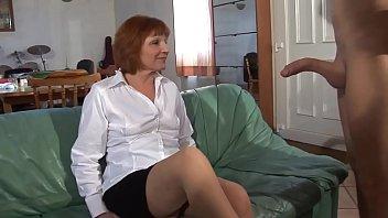 Пластичная женщина в белом наряде сняла одежду перед камерой