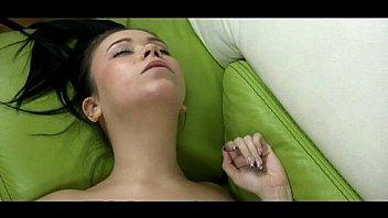 Голая нимфетка вставляет длинную секс игрушку в гладкую пилотку