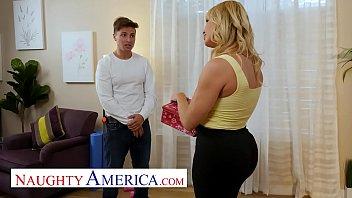Красивая блондиночка разминает литые титьки и переписывается с молодым человеком
